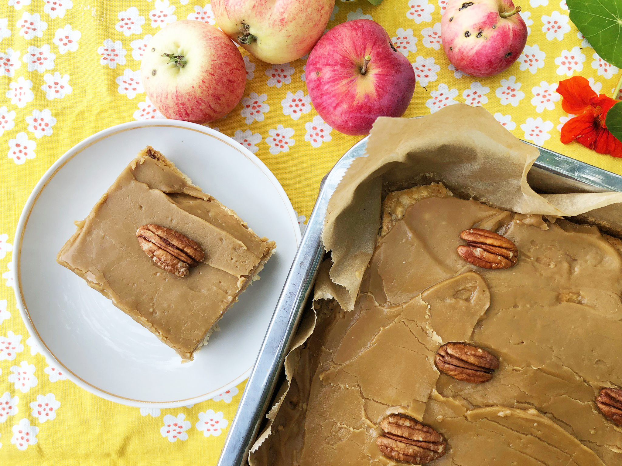 Omena-pekaanipähkinäkakku kinuskikuorrutteella